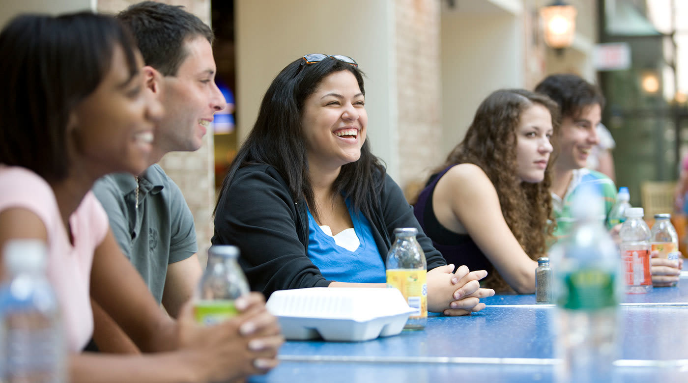 学生们在Hofstra校园吃饭