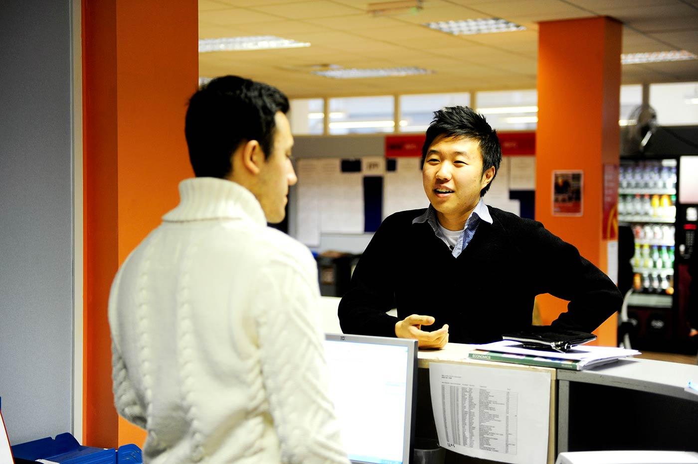 يمكنك الحصول على المشورة المتعلقة بتحديد الخيارات الدراسية في مجموعة واسعة من جامعات المملكة المتحدة