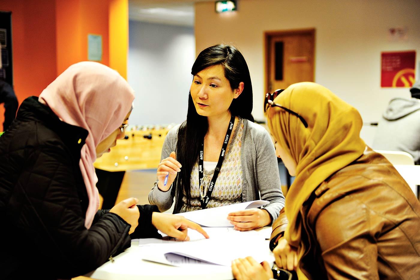 يمكنك الاستفادة من ورش العمل أو الحصول على مساعدة شخصية لتجديد تأشيرتك