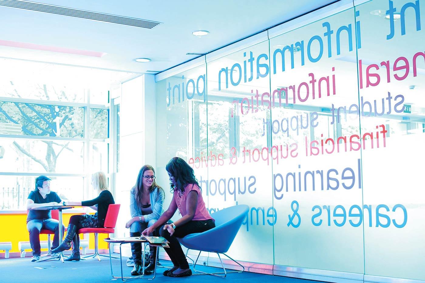 سيزودك موظفو جامعة ميتروبوليتان بمانشستر بمجموعة من وسائل الدعم التي تساعدك على تحقيق أهدافك