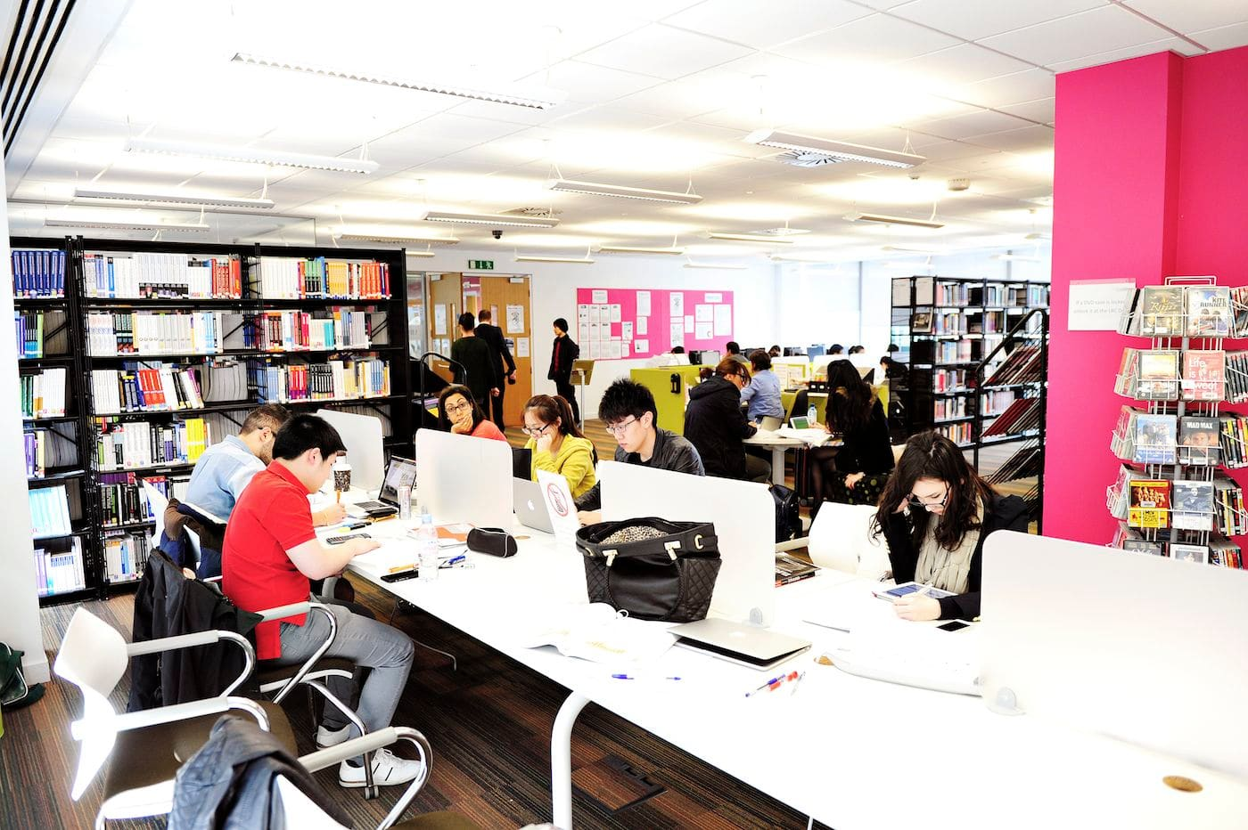 الاطلاع على الكتب، والمجلات والنشرات الدورية في مركز موارد التعلم