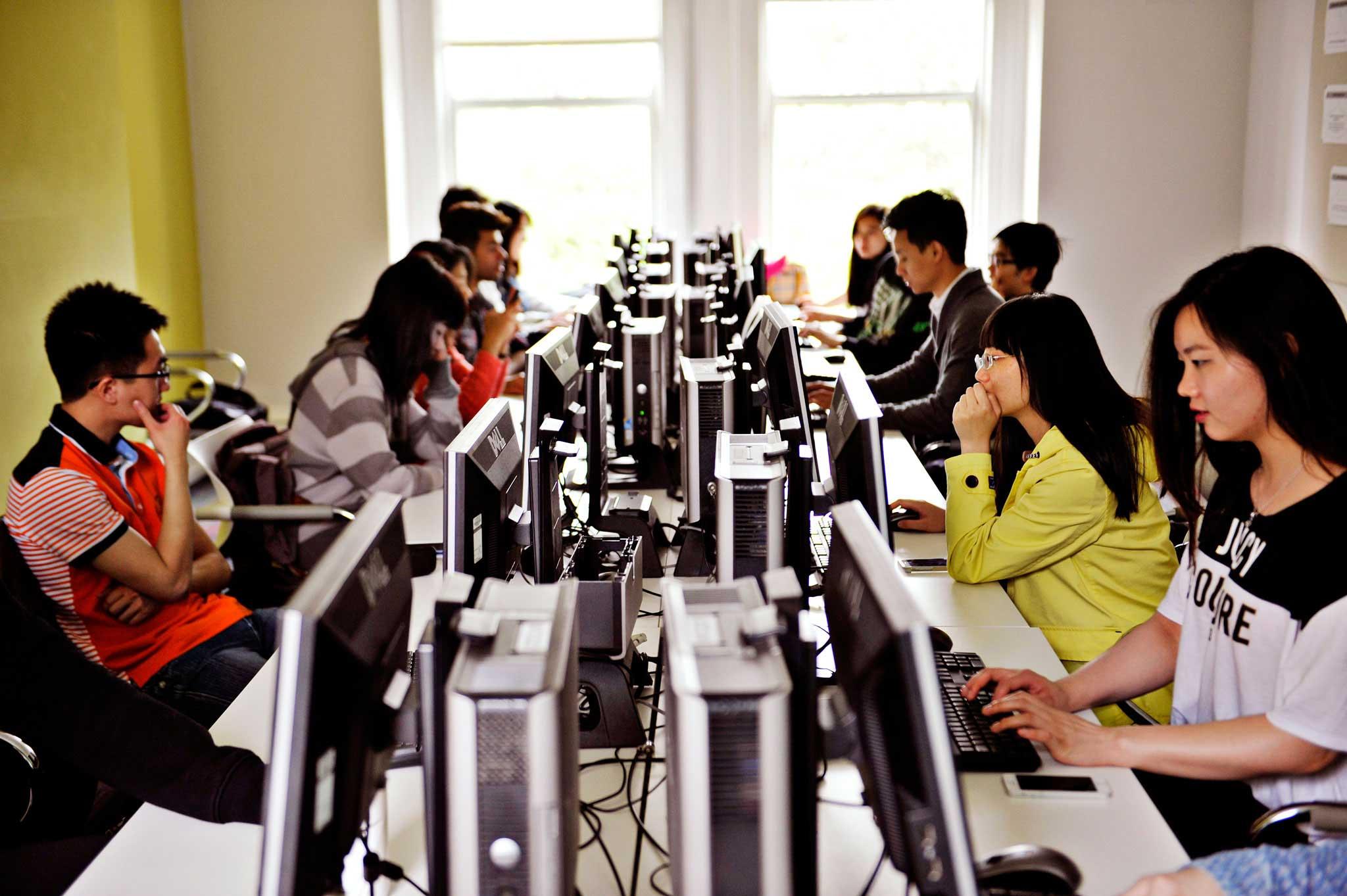 تتوفر أجهزة الكمبيوتر للاستخدام في جميع أنحاء الحرم الجامعي