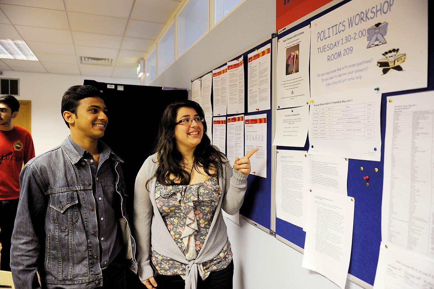 多语种辅导员为英语水平较弱的同学提供语言支持