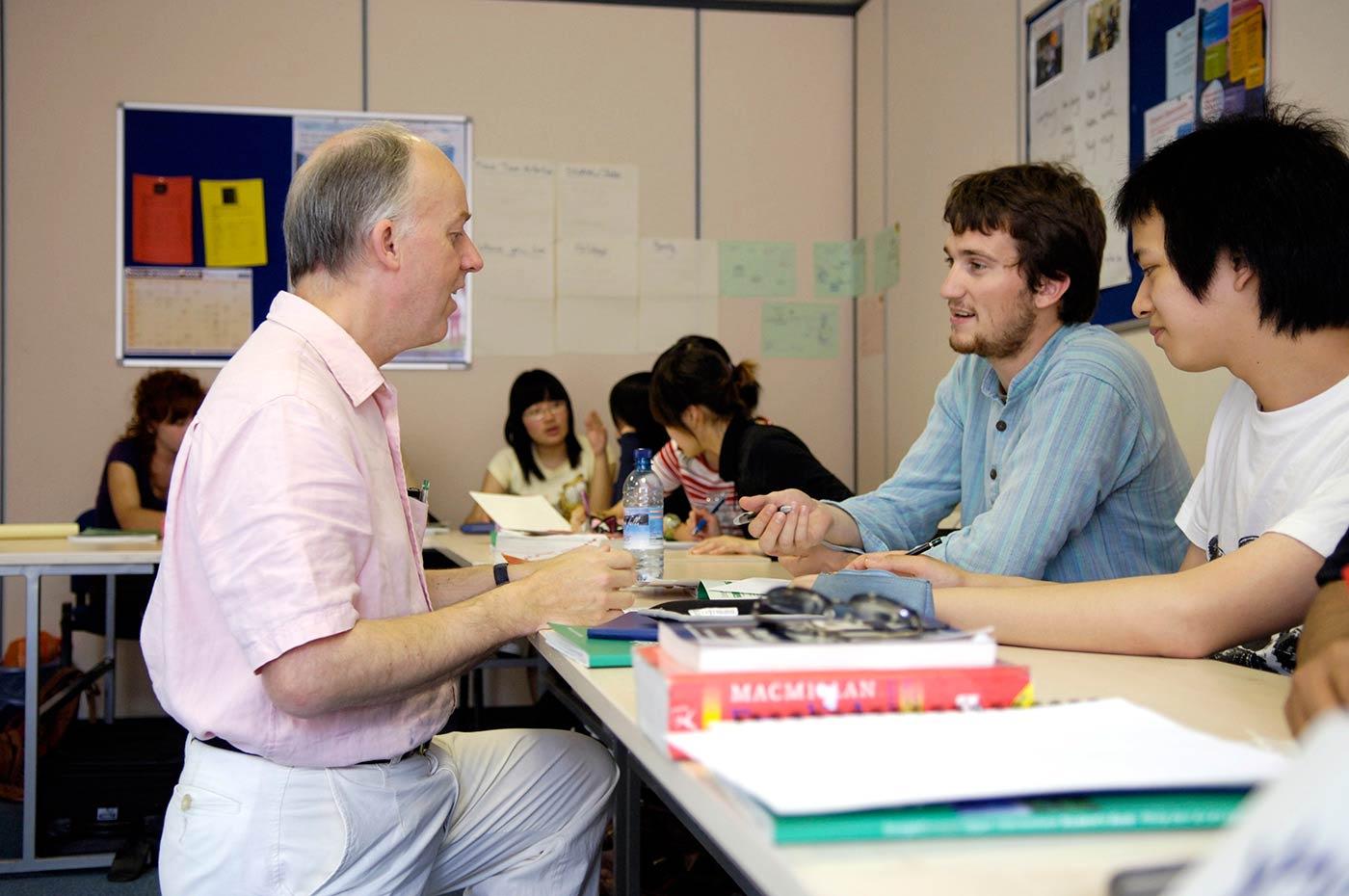 متوسط نسبة الطلاب إلى المعلمين هي 1:9