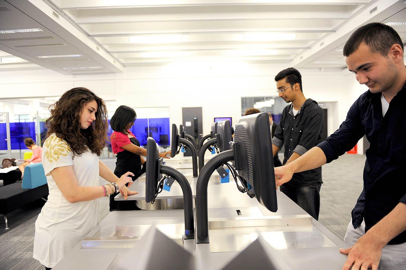 واحدة من أكبر المكتبات الأكاديمية في الدولة حيث يتوفر بها أكثر من 4 ملايين عنصر