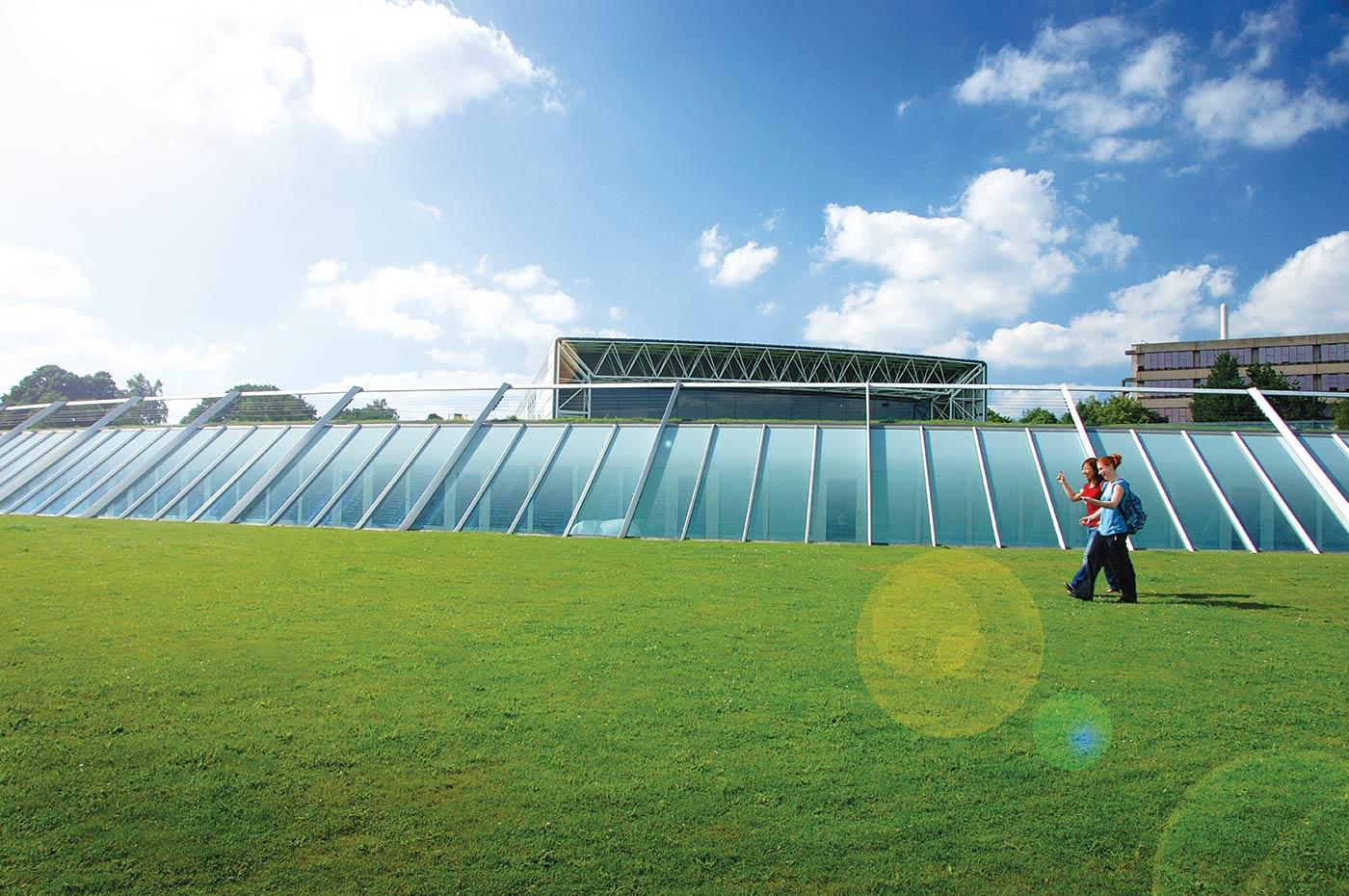 تقع جامعة إيست أنجليا على مساحة تبلغ 200 فدان من المتنزهات الجميلة