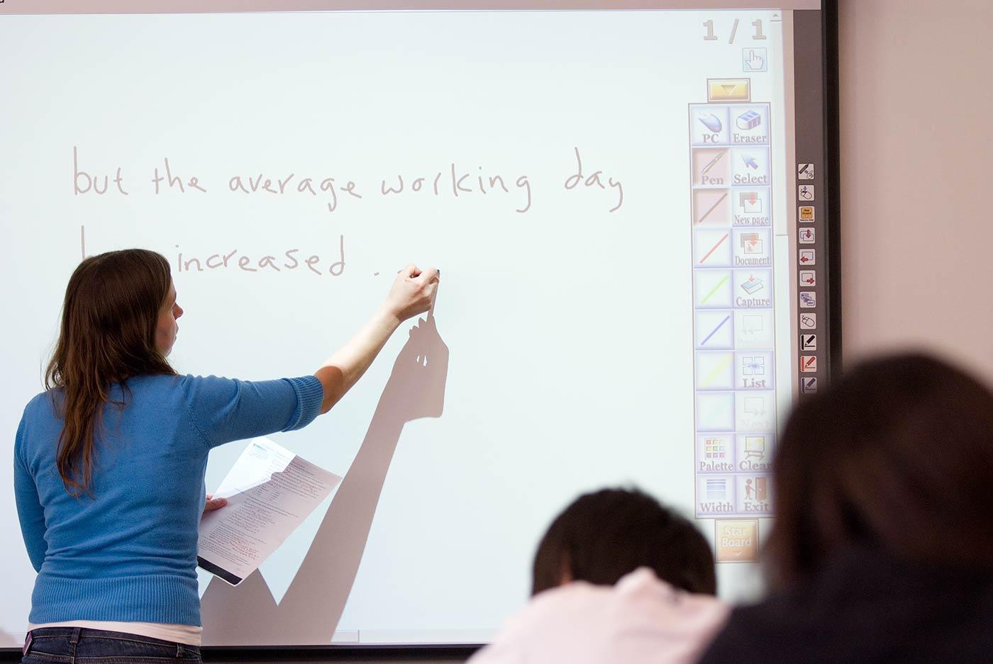 先进的教学设施帮助学生更好地进行课堂互动