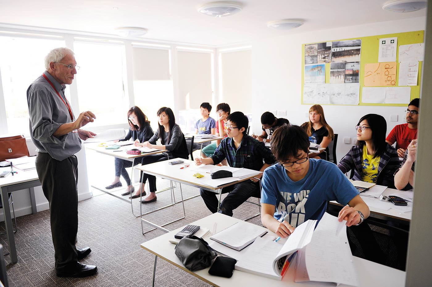 يتفهم المعلمون التحديات الدراسية التي يواجهها الطلاب في بيئة جديدة