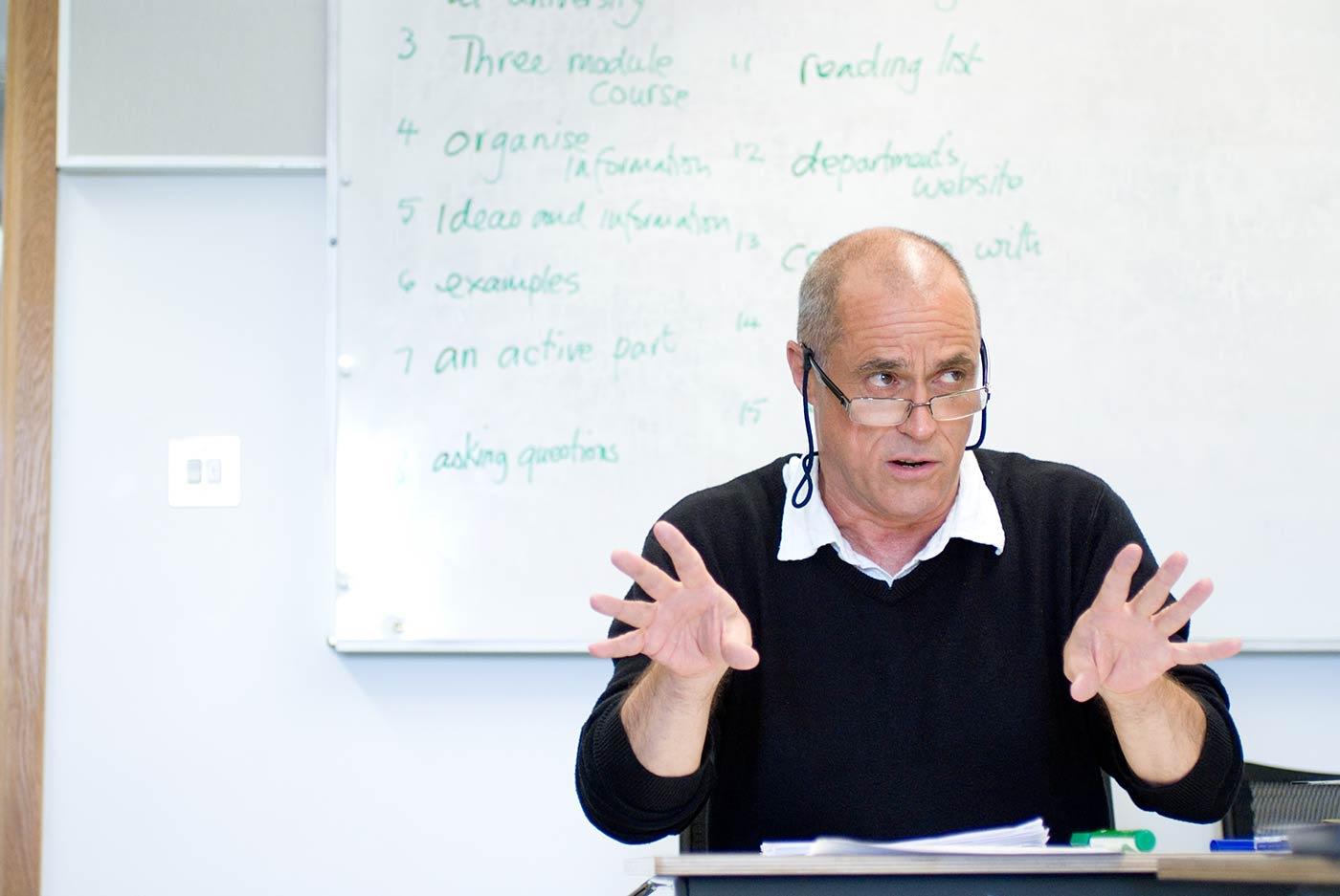 يحمل العديد من معلمي المركز بجامعة إيست أنجليا مؤهل الماجستير أو الدكتوراه