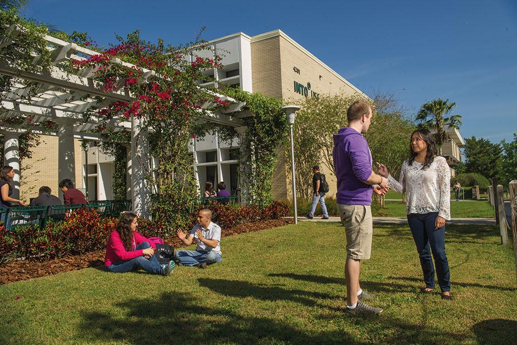 我们每年欢迎1000多名国际学生的到来