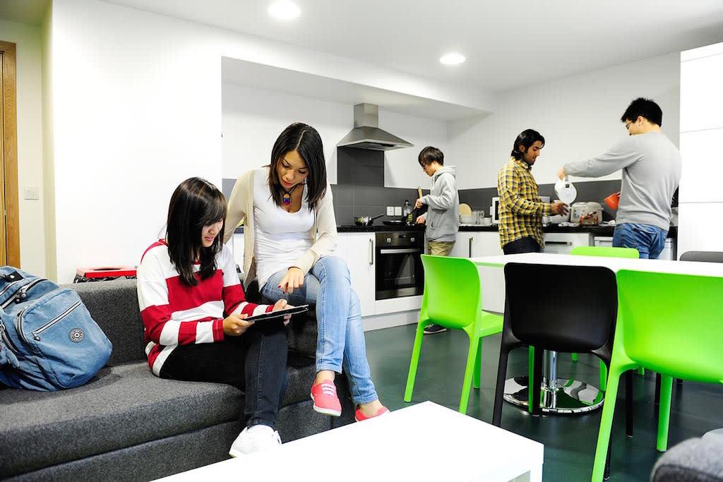 عِش في الحرم الجامعي أو احصل على إقامة منزلية مع عائلة مُختارة بعناية