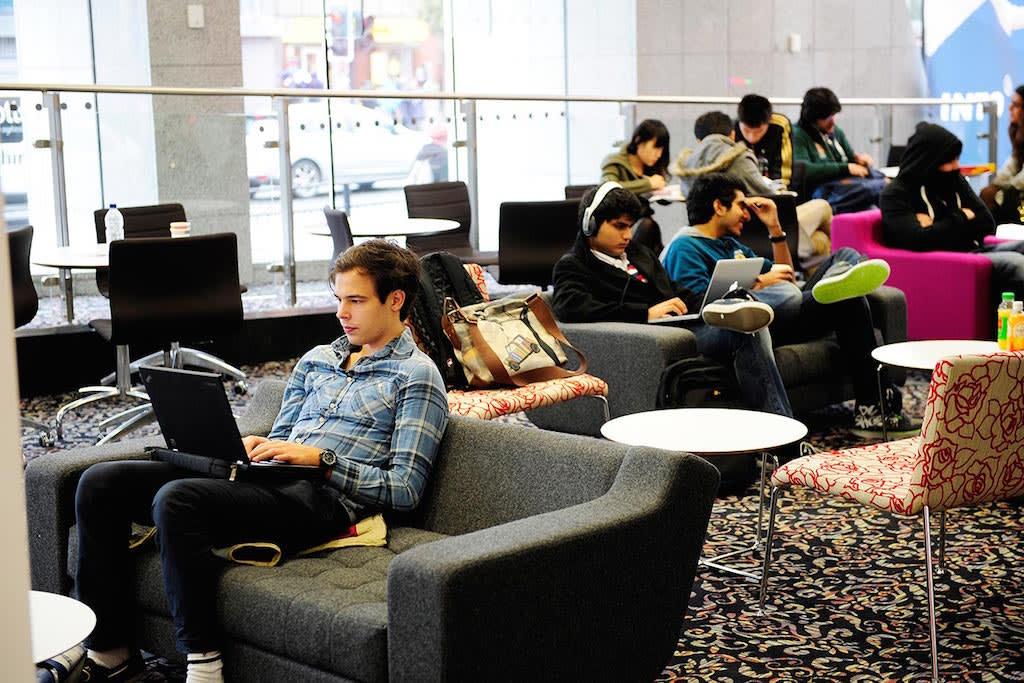 在INTO中心舒适的学习区域学习