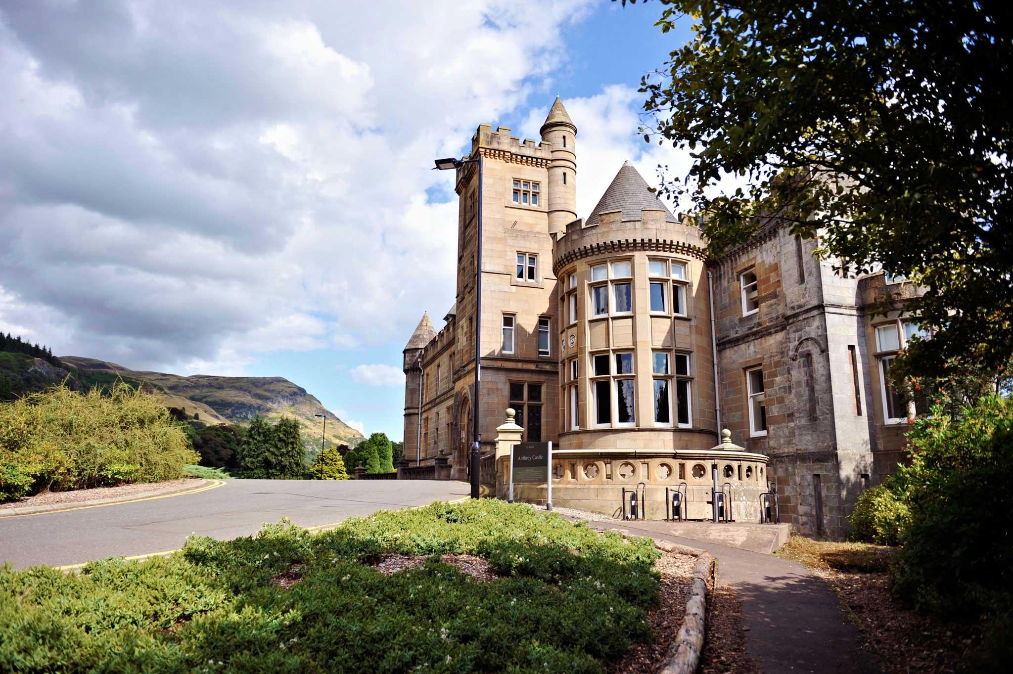 يقع مركز INTO في قلعة إيرثيري