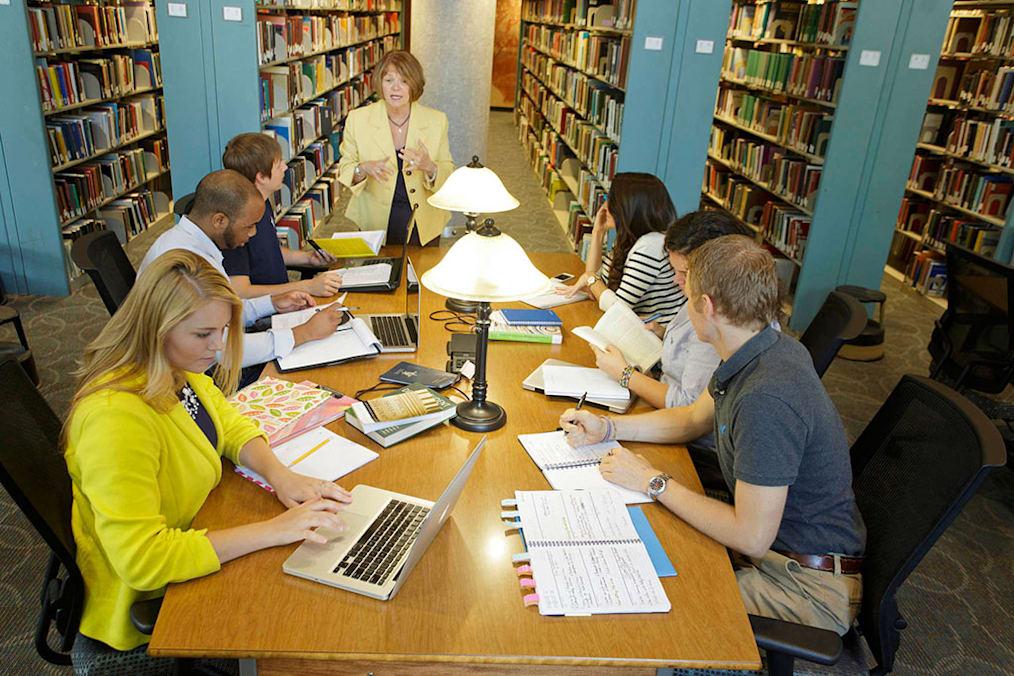 Professor speaks to group of studentst