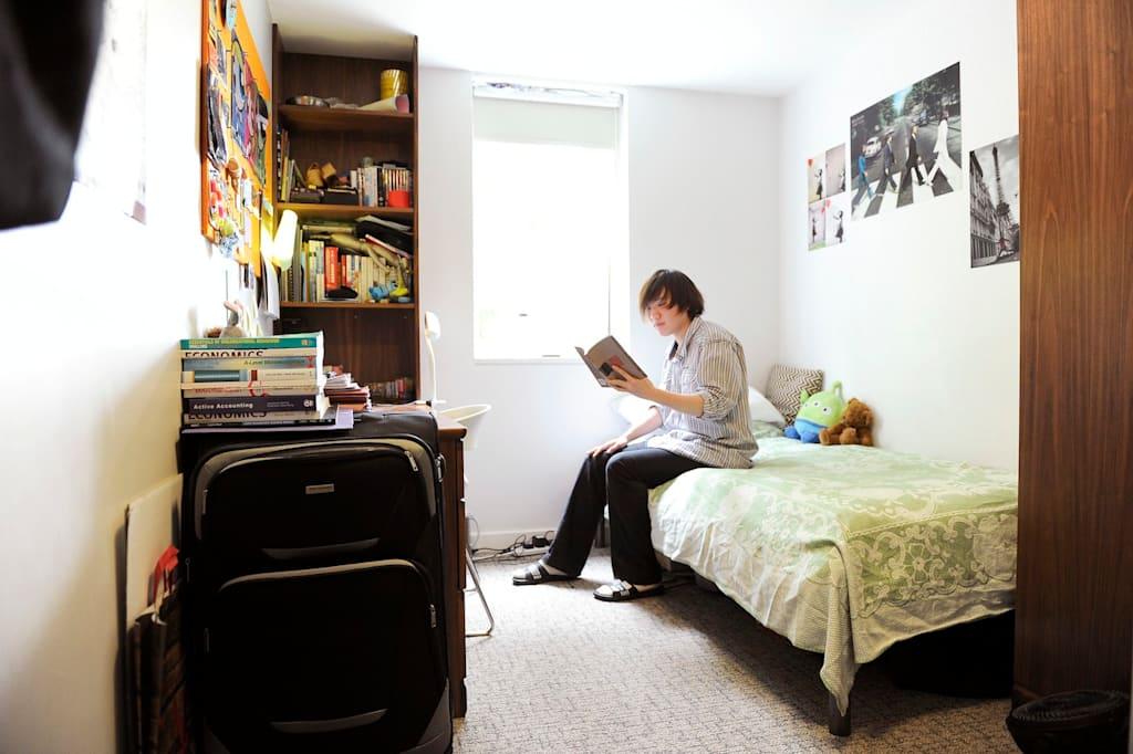 يقع سكن الطلاب الحديث على بعد دقائق فقط من الفصول الدراسية