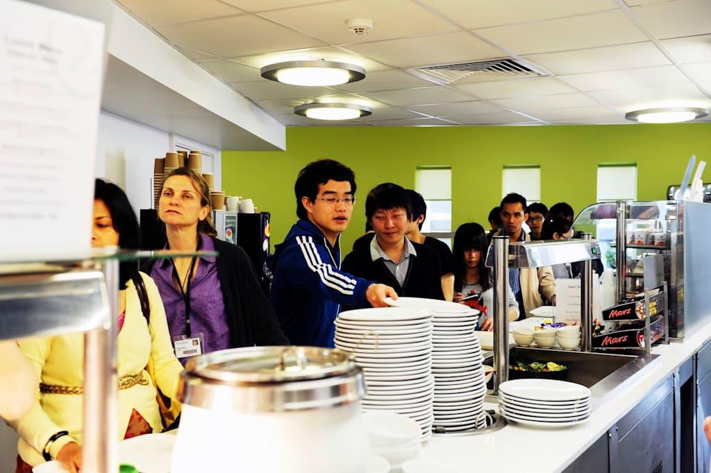 يمكنك تناول الطعام بمطعم مركز INTO أو استكشف الحرم الجامعي لجامعة إيست أنجليا