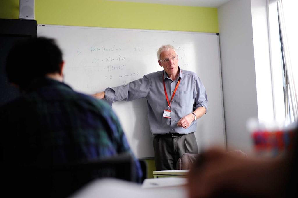 تقدم مجموعة من الدعم الإضافي داخل الفصل الدراسي وخارجه