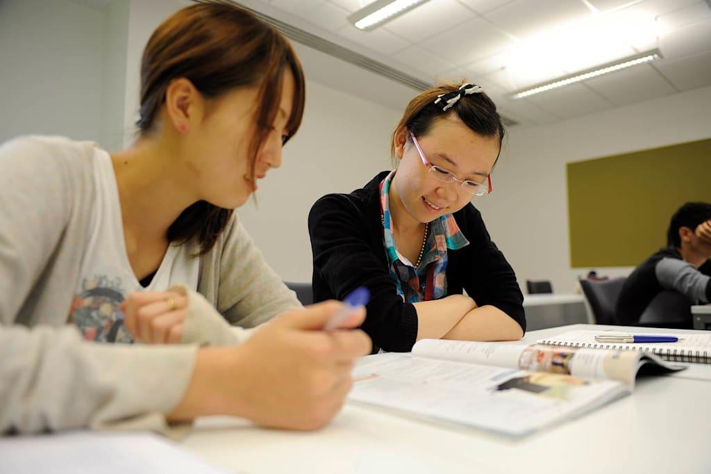 يوفر مركز INTO مجموعة من المنح الدراسية