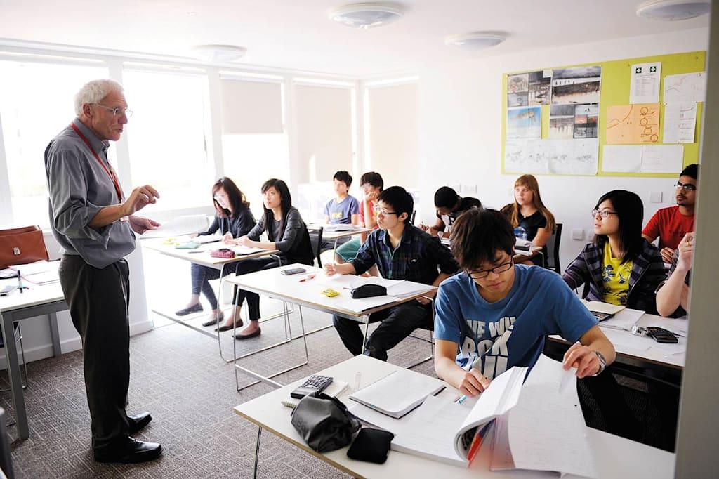 INTO中心的许多老师同时也是东英吉利大学的老师